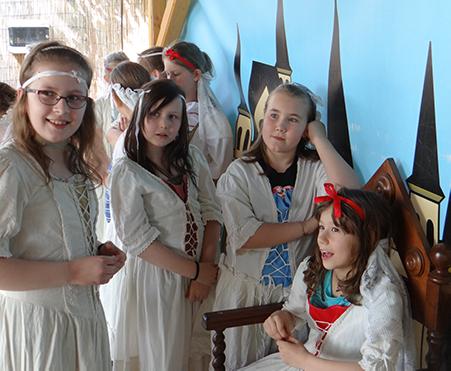 Csiki Színház bemutatja drámatábor a Csiki Pihenőkertben